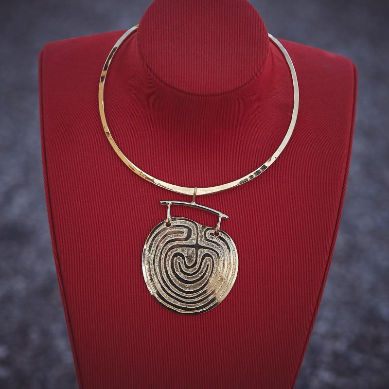 Collier plaqué or Labyrinthe de Dédale, bijoux de créateur, vente en ligne, bijou artisanal, bijou fabrication française
